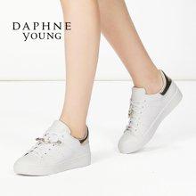 Daphne/达芙妮舒适平底休闲鞋小白鞋 时尚拼接别针挂饰系带透气单鞋