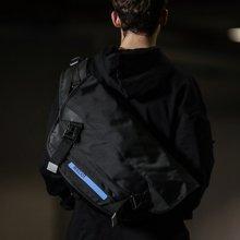 香炫儿XIASUAR2018新款潮牌发光邮差包男士斜挎包中学生男单肩包死飞包