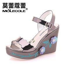 莫蕾蔻蕾2018夏季新款金属色一字带厚底坡跟凉鞋绣花防水台女鞋 71225
