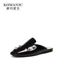柯玛妮克 2018夏季新款低跟女鞋子 包头皱牛漆皮凉拖黑色平底拖鞋K82806