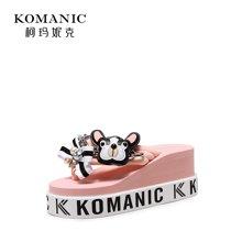【预售】柯玛妮克 2018夏季新款厚底女鞋 棉布防水台凉拖女字母坡跟人字拖K80809