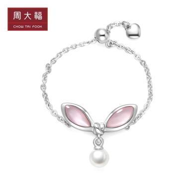 新款 周大福仙女力系列 兔耳結粉貝珍珠925銀鏈條戒指AQ33243