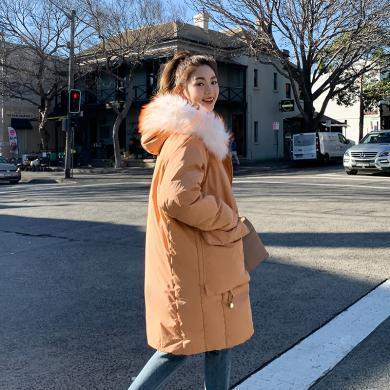 韓都衣舍2019冬裝新款韓版女寬松連帽毛領中長款羽絨服OM91130樰