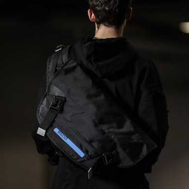 香炫兒XIASUAR經典款款潮牌發光郵差包男士斜挎包中學生男單肩包死飛包