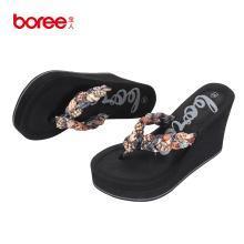 Boree/宝人拖鞋女2018夏新款坡跟人字拖镶钻时尚外穿厚底沙滩鞋女